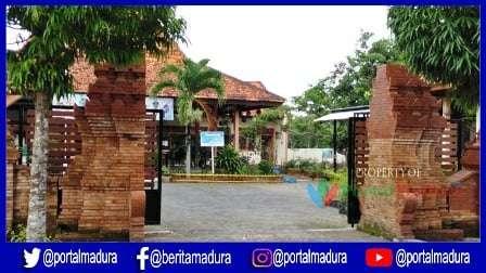 Gapura kembar di kantor kecamatan Arosbaya