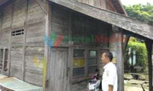 Rumah sinyal berukuran kecil yang terbuat dari kayu. (Foto: Agus Hidayat)