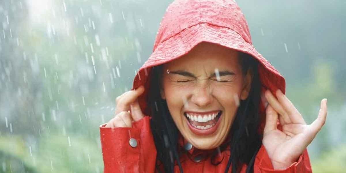 kena air hujan bisa bikin sakit mitos atau fakta