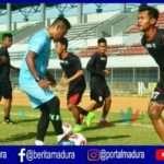 Uji coba resmi lapangan atau official training Madura FC di Stadion Demang Lehman di Martapura Kalimantan Selatan Senin 17 pagi