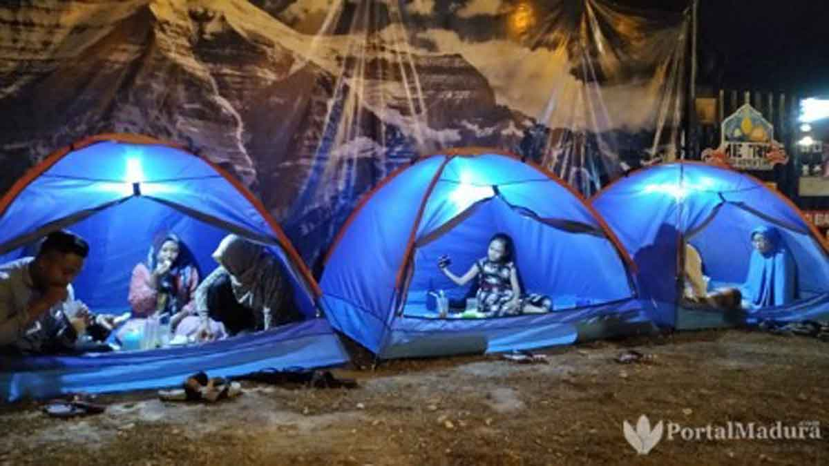 Serunya makan malam dalam tenda, layaknya suasana di gunung. (Foto: Agus Hidayat)