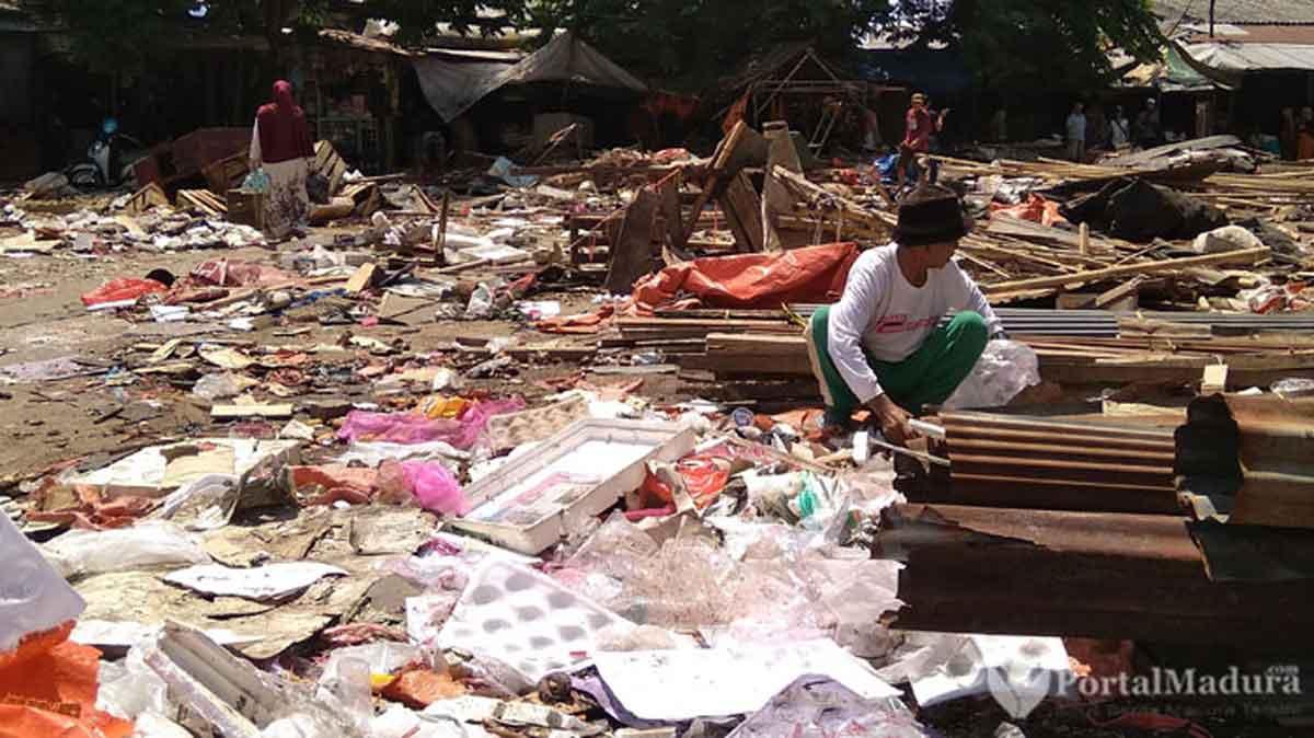 Puluhan Lapak di Bundaran Pasar Anom Sumenep Digusur