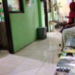 Perempuan Berseragam Seperti PNS Bagi-bagi Kalender Bergambar Bacabup di Puskesmas Pandian