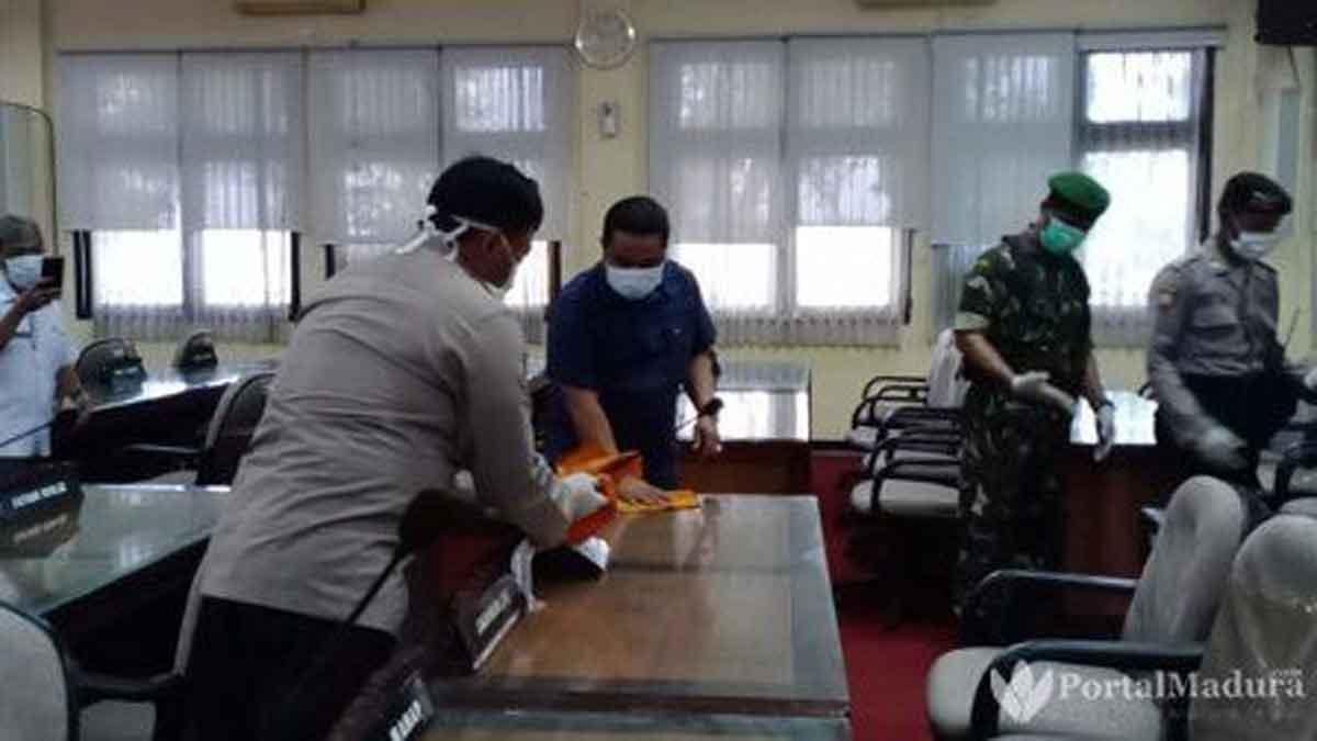 Anggota Dewan di Madura Jalani Tes Corona & Tempat Kerja Disemprot Disinfektan