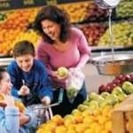 orang tua berbelanja bersama anak  190110154205 963