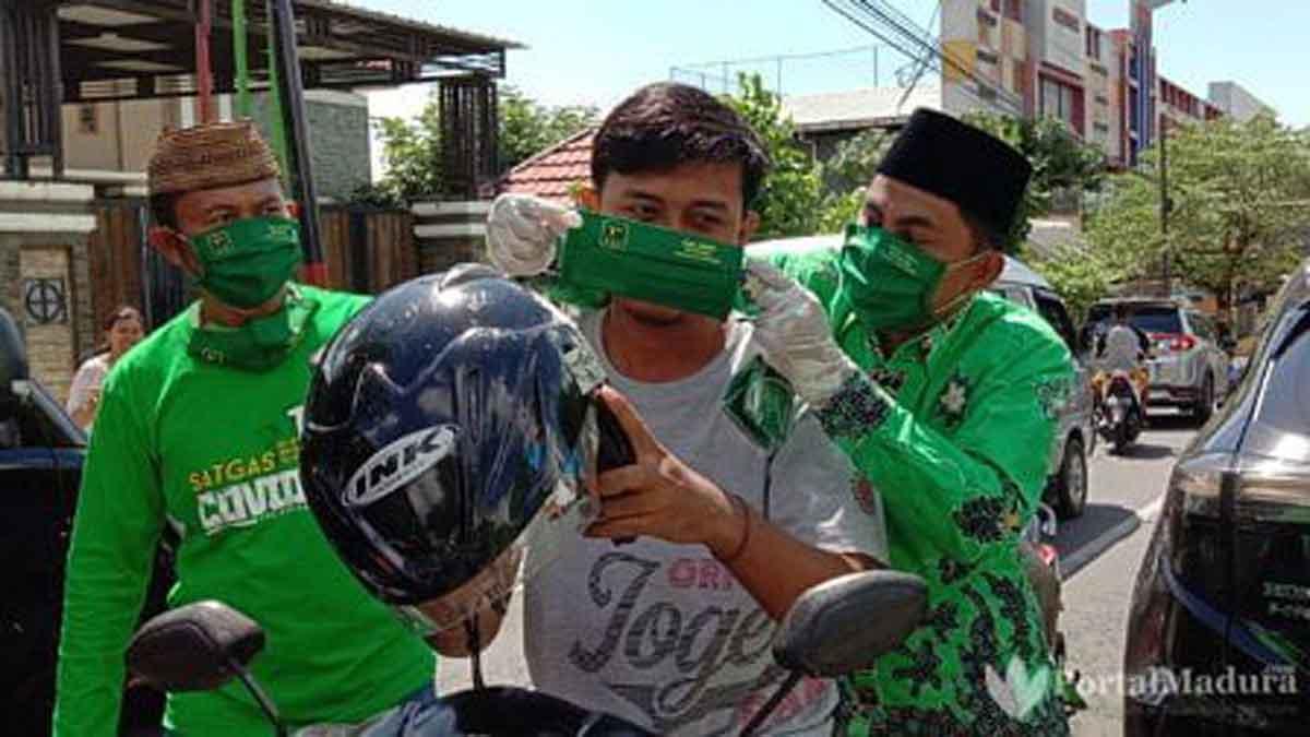 PPP Pamekasan Bagi-bagi Masker ke Pengguna Jalan