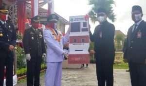 Proses penyerahan simbolis mesin ADM diterima Bupati Sumenep Achmad Fauzi (@portalmadura.com)