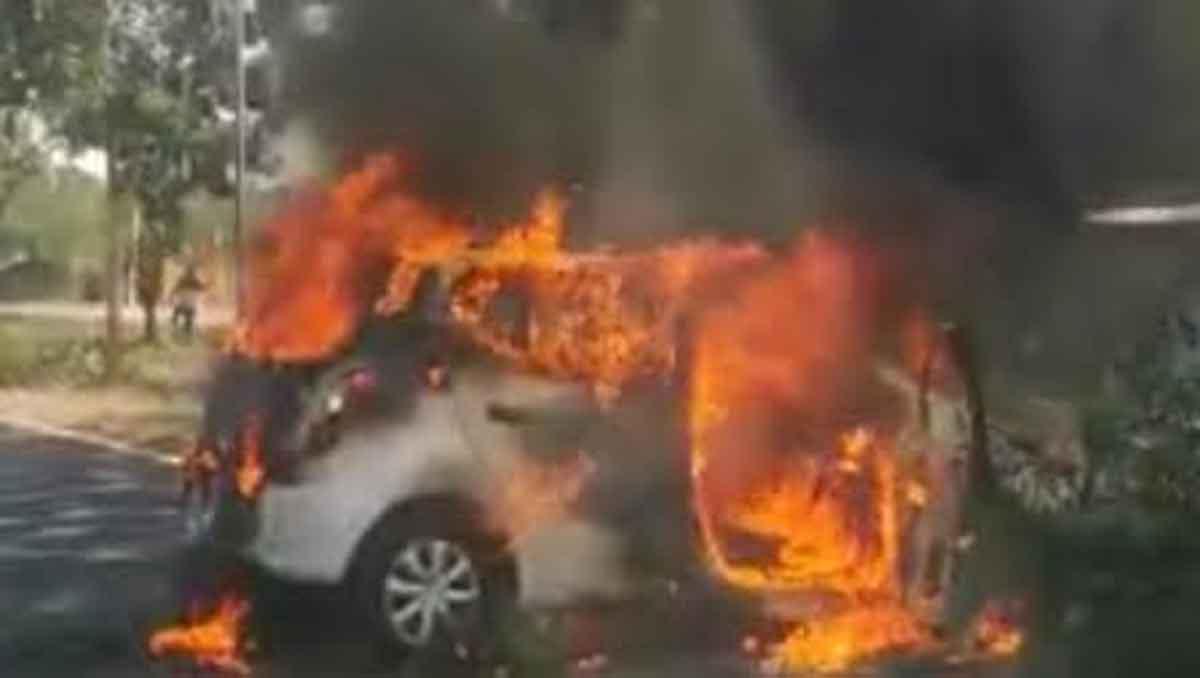 mobil Daihatsu Ayla warna putih dengan nomor polisi L 1366) WZ terbakar di akses jembatan Surabaya Madura (Suramadu) sisi Madura, Senin (7/9/2020).