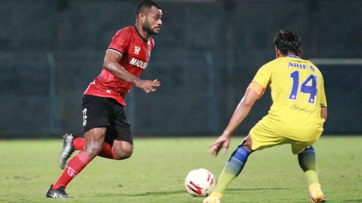 Madura United Melakukan Laga Uji Coba Melawan PSG di Stadion Gelora Bangkalan, Madura, Jawa Timur. (Foto: Marzukiy @PortalMadura.Com)