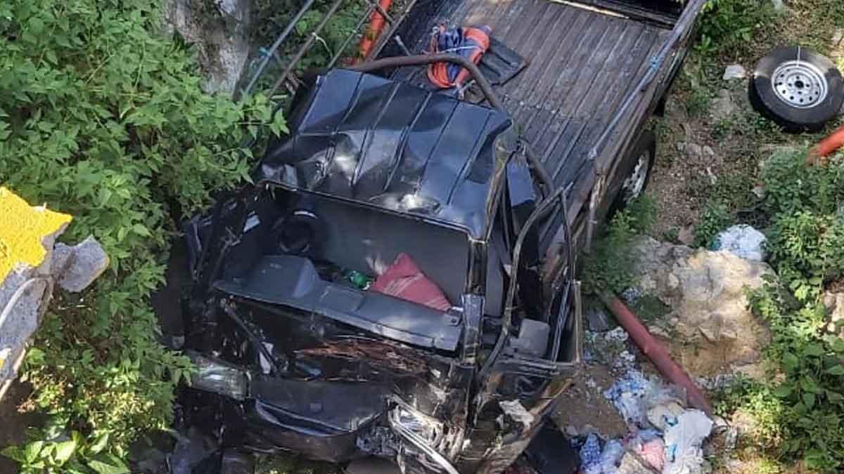 Posisi mobil pikap di sungai wilayah Kecamatan Jrengik, Kabupaten Sampang, Madura, Jawa Timur, Selasa (13/10/2020). (Rafi @portalmadura.com)