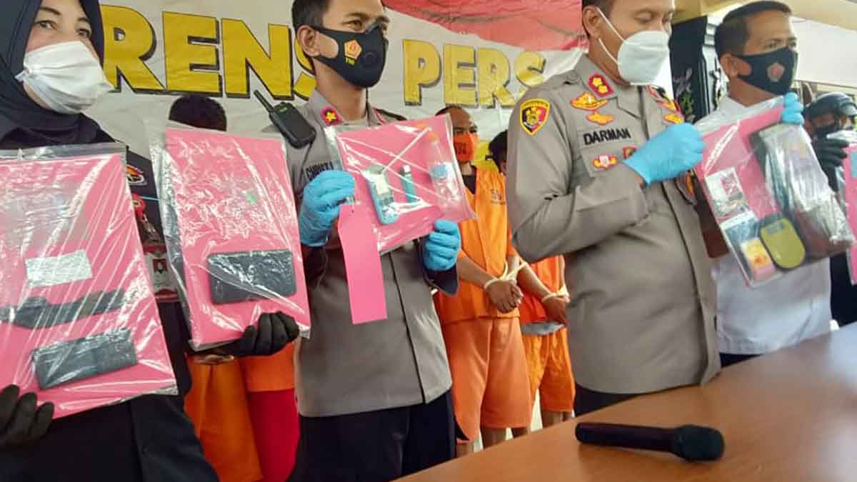 Polisi menunjukkan barang bukti (@portalmadura.com)