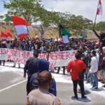 Detik-detik mahasiswa blokade akses Suramadu sambil menabur 7 ton garam (M Saed @portalmadura.com)