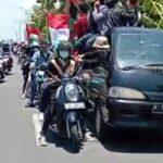 Mahasiswa dari berbagai elemen organisasi, seperti HMI, GMNI, IMM dan organisasi daerah lainnya menggelar aksi di Suramadu sisi Madura, Bangkalan, Selasa (13/10/2020). (M Saed @portalmadura.com)