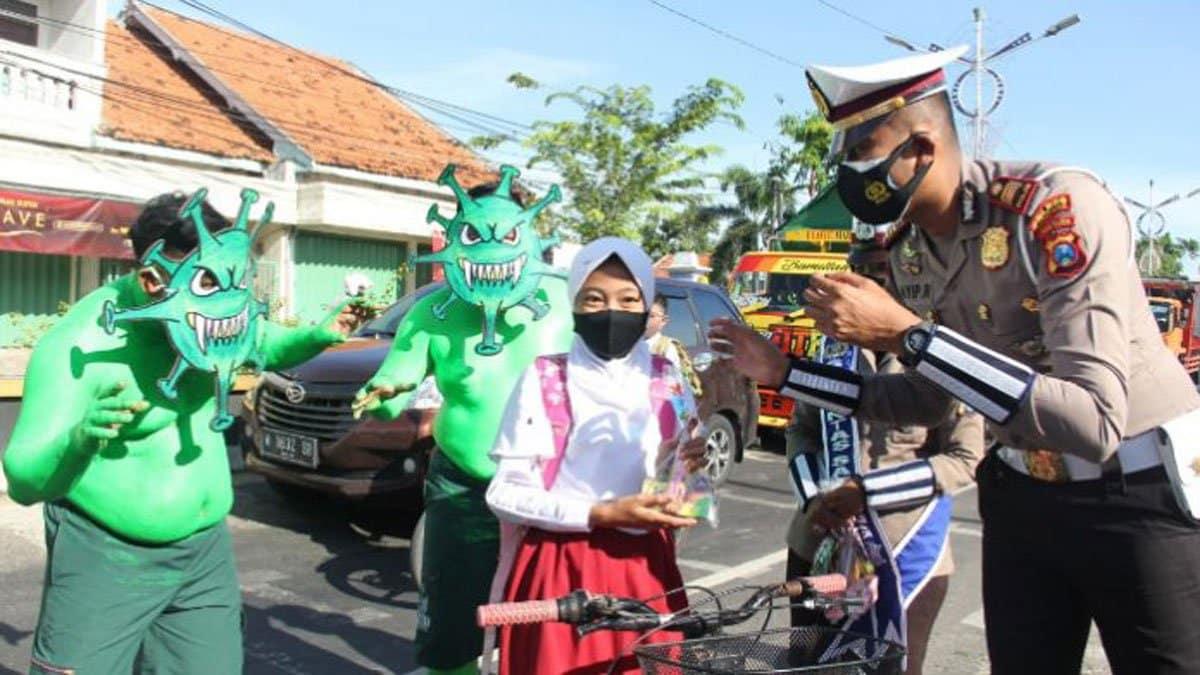 Kampanye Disiplin Prokes, Polres Sampang Bagikan Sembako dan Masker