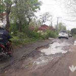 Jalan Poros Desa Dulang Sampang Dibiarkan Rusak