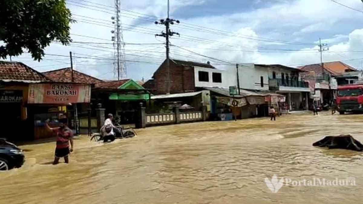 Banjir Blega Ganggu Arus Lalu Lintas di Bangkalan