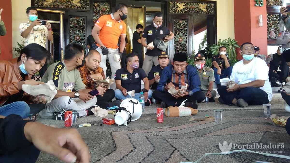 """Bupati Sumenep Duduk Bersila Temui Aksi Demo """"Raport Merah"""" OPD"""