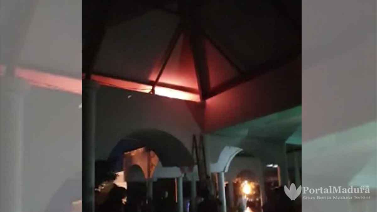 Percikan Api di Atas Atap Masjid Jamik Sumenep