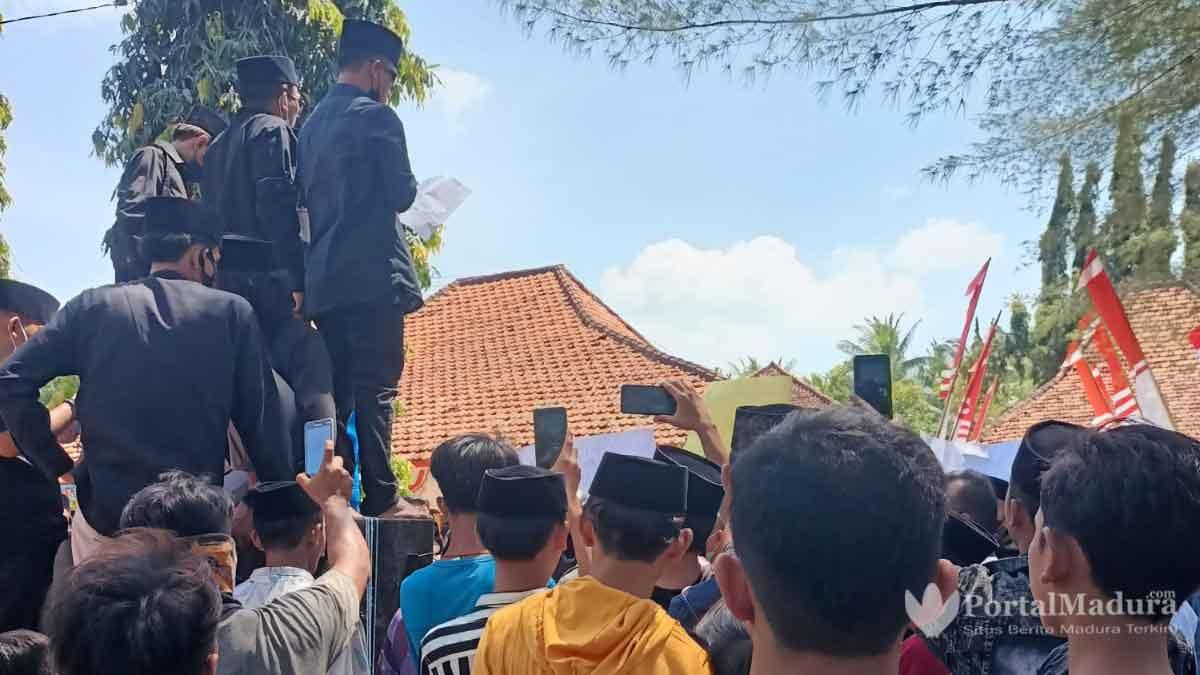 BreakingNews Buntut Video Kecok Sapena Warga Kepung Kantor Camat Batang Batang Sumenep